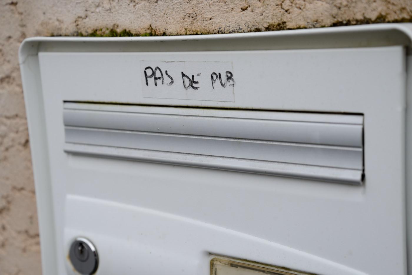 Boite aux lettres avec autocollant Pas de pub SVP