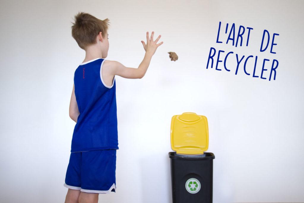 Enfant basketteur qui envoie une boule de papier au recyclage